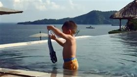 林可彤,1歲兒泳池邊洗衣服。(圖/IG)