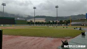 天母棒球場因雨延賽。(圖/記者王怡翔攝影)