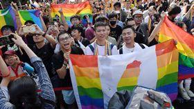 立院通過同婚專法 挺同團體開心揮旗立法院會17日三讀通過司法院釋字第748號解釋施行法,台灣成為亞洲第一個同性婚姻合法化國家,在立院外守候的挺同團體婚姻平權大平台支持者開心揮舞旗幟。中央社記者施宗暉攝 108年5月17日