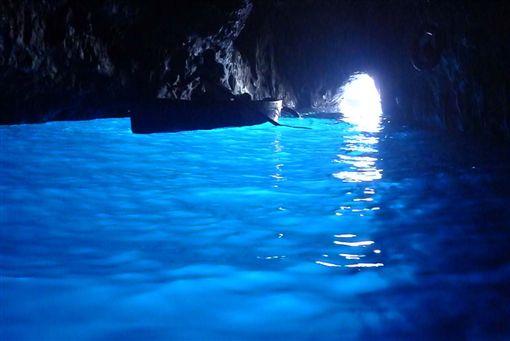 ▲全球共有七個知名藍洞,而義大利卡布里島的藍洞,又是唯二可以近距離觀賞的。鳳凰旅遊限定行程特別安排2次機會前進卡布里島藍洞,大大提高順利欣賞藍洞風光的機會。(圖/鳳凰旅遊)