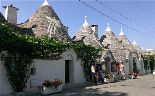 ▲「阿爾貝羅貝洛」的風景就和它的名字一樣特別,這些磨菇屋正式的名字為「土利屋(Trulli)」,是不是很可愛呢!(圖/鳳凰旅遊)