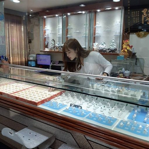 買珠寶遇似宋慧喬妹,一彎腰網暴動。(圖/翻攝自PTT)