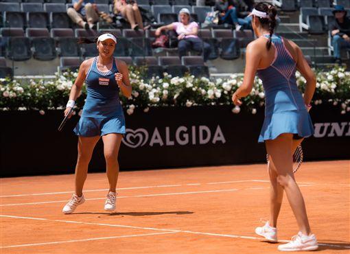 詹詠然(左)與詹皓晴聯手闖進準決賽。(圖/WTA提供)