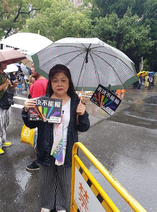 「我只要他幸福…」媽媽大雨中舉牌挺同婚 3萬網友都落淚圖/翻攝自臉書