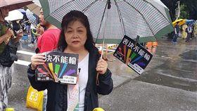 「我只要他幸福…」媽媽大雨中舉牌挺同婚 3萬網友都落淚 圖/翻攝自臉書