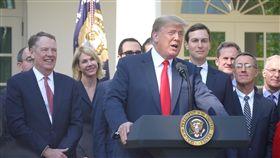 川普大讚USMCA 最現代化貿易協定在大批官員陪同下,美國總統川普1日宣布,美國與墨西哥及加拿大談成USMCA,是更互惠、最現代化的貿易協定。中央社記者鄭崇生華盛頓攝 107年10月2日