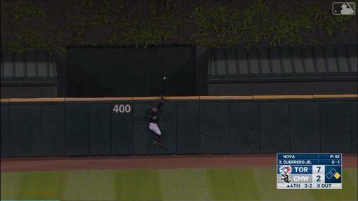 ▲白襪賈西亞(Leury Garcia)把小葛雷諾(Vladimir Guerrero Jr.)的飛球接成全壘打。(圖/翻攝自MLB官網)
