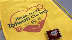 WHA將登場  外交部文宣品亮相世界衛生大會將登場,外交部製作的文宣品包括背袋與徽章,上面寫著Health For All,Taiwan Can Help等字樣。中央社記者侯姿瑩攝  108年5月17日