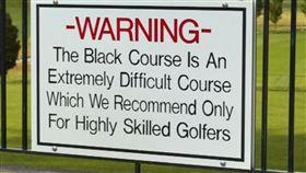 ▲黑球場的提醒球員及球友的警告看板。(圖/翻攝自PGA錦標賽推特)