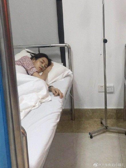 王媛可憔悴躺在病床上吊點滴。(翻攝自微博)