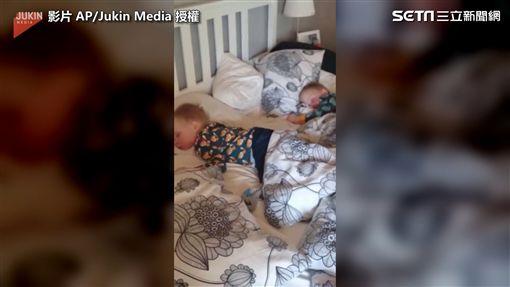 ▲雙胞胎在爸爸的魔音之下,依舊睡得香甜。(圖/AP/Jukin Media授權)