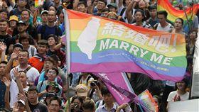 台灣婚姻平權寫新頁 挺同民眾揮旗慶祝台灣婚姻平權運動歷經大法官釋憲與公投等階段,立法院17日正式三讀通過司法院釋字第748號解釋施行法,讓台灣成為亞洲第一個同性婚姻法制化國家,大批挺同民眾在院外揮舞彩虹旗,共同見證歷史性的一刻。中央社記者徐肇昌攝 108年5月17日