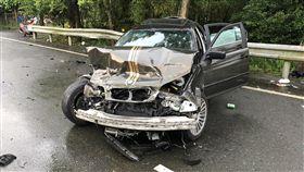 酒駕肇禍 竹線關西轎車撞機車1死4傷新竹縣關西鎮中豐路18日發生一起死亡車禍,一名羅姓駕駛酒駕搭載兩人,疑逆向衝撞一輛載有乘客的機車,機車騎士傷勢嚴重,送醫仍宣告不治,其餘4人無生命危險。(翻攝畫面)中央社記者郭宣(文三)傳真 108年5月18日