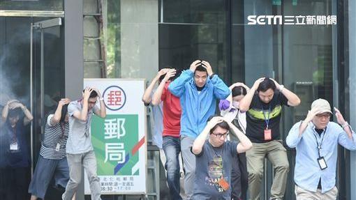 萬安演習,大樓內民眾配合警消救災疏散,台北市長柯文哲前往視導。(圖/記者林敬旻攝)