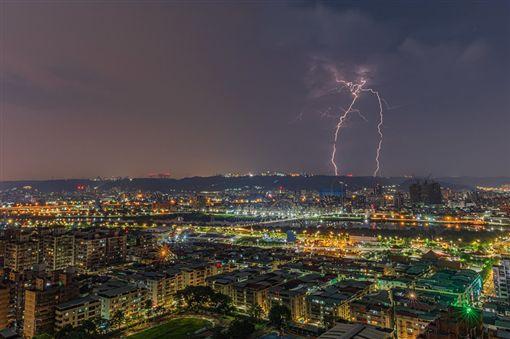 半夜閃電狂炸…網友拍下驚人瞬間 夜空中居然有「台灣」!圖/網友Justin Cheng提供