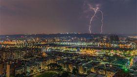 16:9 半夜閃電狂炸…網友拍下驚人瞬間 夜空中居然有「台灣」! 圖/網友Justin Cheng提供