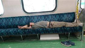 男乘客平躺在火車座椅上。(圖/翻攝自爆怨公社)