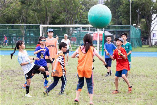 ▲現場特別設計巨型足球賽,希望讓更多人感受足球的樂趣。(圖/台北市歡樂足球協會提供)