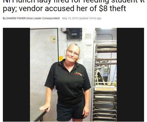 美國新罕布什爾州一間高中的餐廳員工邦妮(Bonnie Kimball),她讓一位肚子餓的學生賒帳約新台幣250元,雖然該名學生已還錢,但她仍被老闆以「偷竊」為由解雇。事件曝光後,餐廳老闆遭網友罵翻,最後決定重新錄用邦妮,不過邦妮已拒絕,表示無意回去工作。(圖/unionleader)