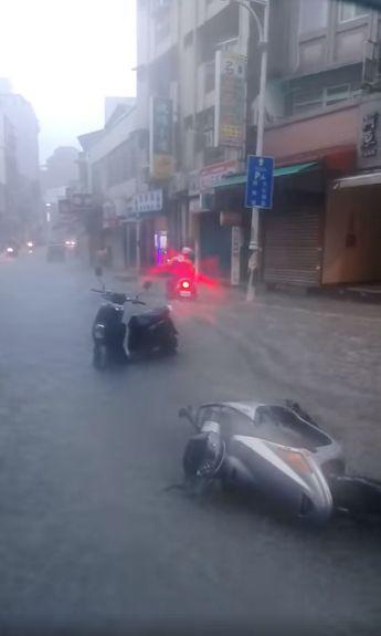 暴雨襲北台,淡水老街淹水(翻攝自細說淡水)