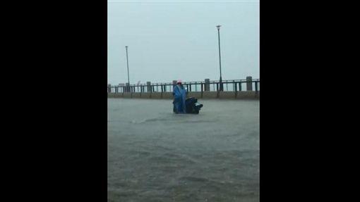 暴雨襲北台/淡水路變河 騎士為上班冒險涉水景象令人憐