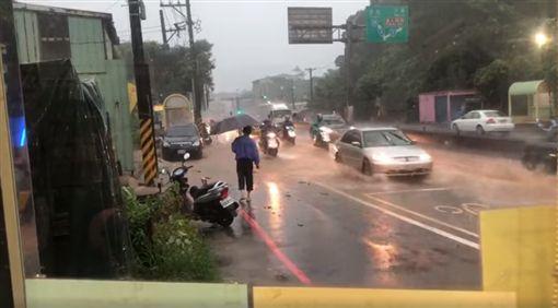 暴雨襲北台/淡水淹水路變河 網友:要來抓魚嗎?
