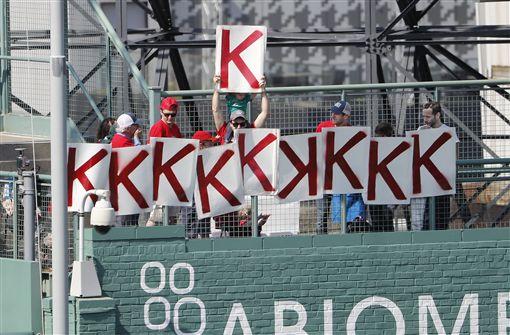 ▲紅襪球迷幫塞爾計算三振數。(圖/美聯社/達志影像)