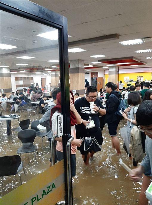 輔仁大學,淹水,學生,餐廳,慘狀,豪雨翻攝畫面
