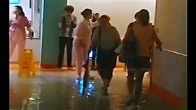 暴雨轟炸,台大兒童醫院水管爆裂導致地下室1樓淹水。(圖/網友提供)