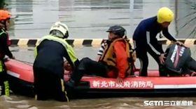 五股疏洪道秒變疏洪池 停車場車輛全淹