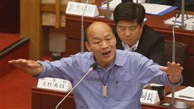 韓國瑜表態參選總統態度(1)對於參選總統態度一事,高雄市長韓國瑜(前)20日在議會答詢表示,當總統或國家領導人無法幫助年輕人打造好的環境,「當離開世界時是羞恥、不光榮的」;並表示他有使命感。中央社記者董俊志攝 108年5月20日