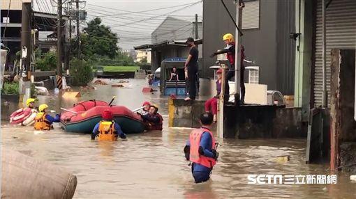 台中烏日環河路、五光路淹水1人高/翻攝畫面