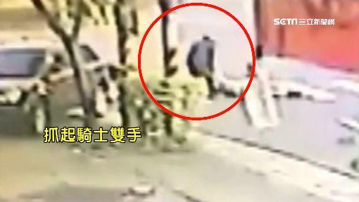 逆向把人撞暈落跑 騎士狠將人拖棄騎樓