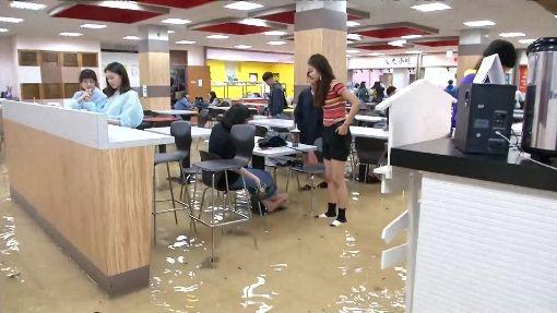 大雨下不停!水淹輔大 學生苦中作樂