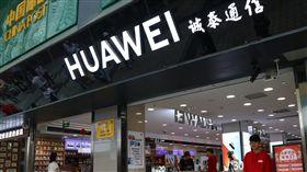 遭谷歌中止合作 華為向市場信心喊話面對谷歌中止部分合作業務,華為20日下午對外表示,華為產品和服務在中國市場不受影響,但由於谷歌旗下相關應用在中國早就被封鎖,這樣的聲明內容明顯流於對內的信心喊話。圖為重慶一家華為門市。(資料照片)中央社記者陳家倫北京傳真 108年5月20日
