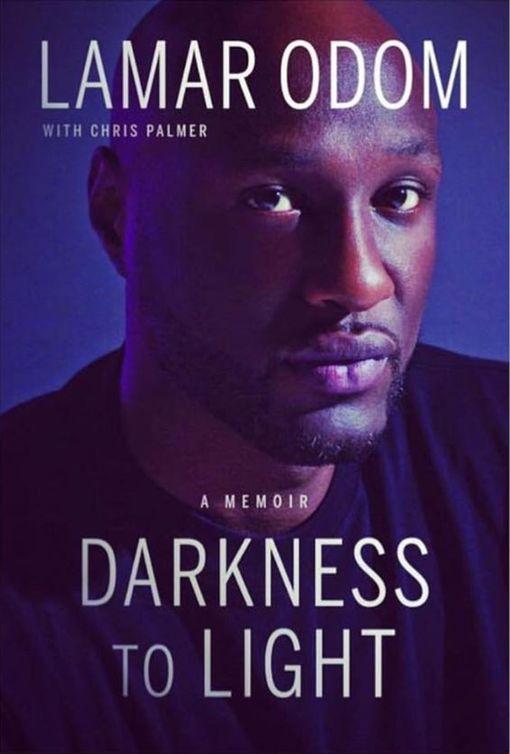 歐頓的自傳《Darkness To Light》。(圖/翻攝自Lamar Odom臉書)