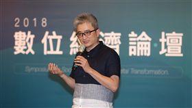 杜奕瑾出席2018數位經濟論壇台灣人工智慧實驗室創辦人、PTT之父杜奕瑾25日在台北出席美國在台協會(AIT)主辦的「2018數位經濟論壇–數位時代的社會變遷」時表示,台灣將進入第3個AIoT時代,並認為台灣處在非常好的位置,有一流軟體人才,也有開放的思想、論壇和行動力。中央社記者張皓安攝 107年6月25日