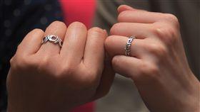 台灣同婚合法化 女同志伴侶期待登記結婚女同志伴侶Connie和皮皮情牽22年,持續尋求各界認同,包含2014年到同性婚姻已合法化的加拿大結婚,以及2015年在新北市辦理同性婚姻註記等,如今台灣同婚專法正式通過,她們也預計在24日辦理結婚登記。中央社記者孫仲達攝  108年5月17日