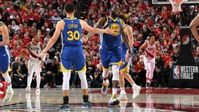 NBA/綠咖哩大三元!勇士橫掃晉級 NBA,季後賽,金州勇士,Stephen Curry,Draymond Green 翻攝自推特