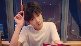 「TFBOYS」18歲成員王源抽菸被拍。微博