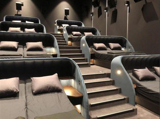 花1500元躺床看電影!業者保證播放完「一定做這件事」。(圖/取自Jérôme Brunner 推特)