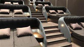 花1500元躺床看電影!業者保證播放完「一定做這件事」 。(圖/取自Jérôme Brunner 推特)
