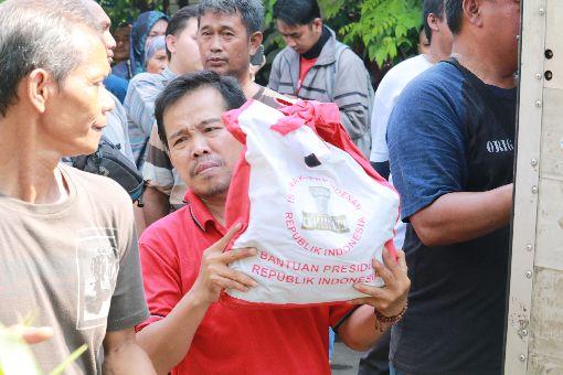 佐科威贈送日常用品印尼總統佐科威21日造訪雅加達貧民窟德雷克社區,贈送民眾生活日常用品。中央社記者石秀娟雅加達攝 108年5月21日
