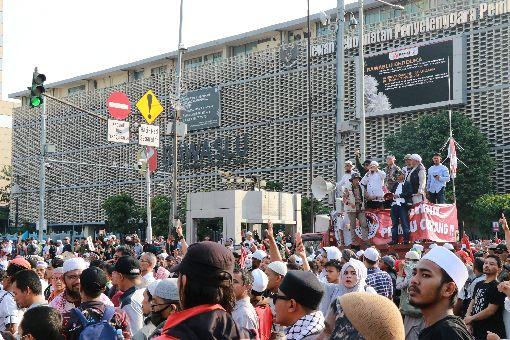 印尼民眾在選舉監督委員會前抗議在野的印尼總統候選人普拉伯沃不認輸,他的支持者21日在選舉監督委員會前發起大規模抗議。中央社記者石秀娟雅加達攝 108年5月21日