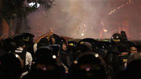 印尼警方催淚瓦斯驅離群眾印尼警方今天凌晨12時過後,對聚集在雅加達市中心Tanah Abang地區附近的群眾發射催淚瓦斯,至凌晨3時許仍在進行中。中央社記者石秀娟雅加達攝 108年5月22日