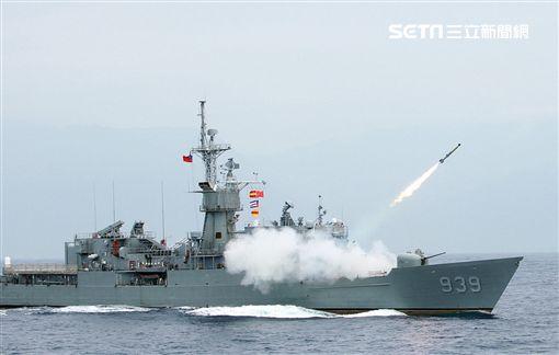 宜陽艦對水下目標實施反潛火箭攻擊。(圖/記者邱榮吉攝)
