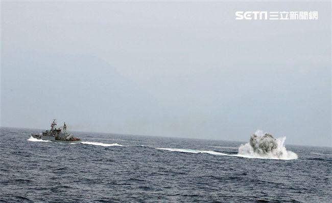 錦江級艦投放深水炸彈執行緊急攻潛行動。(圖/記者邱榮吉攝)