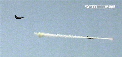 幻象2000戰機發射魔法飛彈射擊命中目標。(圖/記者邱榮吉攝)