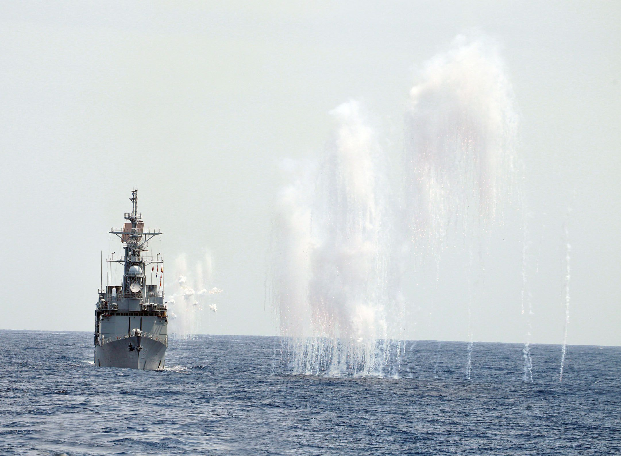 紀德級基隆艦及各艦實施干擾彈,空中金屬干擾絲降低飛彈威脅。(圖/記者邱榮吉攝)