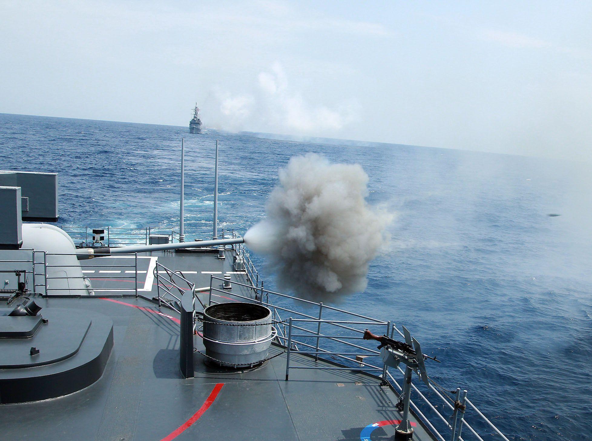 紀德級左營艦實施5吋砲射擊。(圖/記者邱榮吉攝)